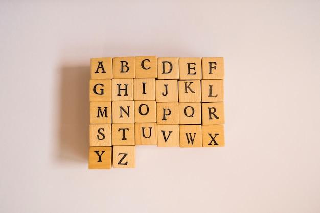Cubi di legno con lettera