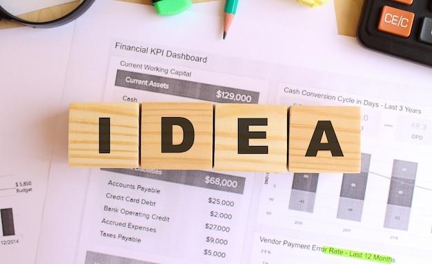 Cubi di legno con lettere sul tavolo in ufficio. testo idea. concetto finanziario.