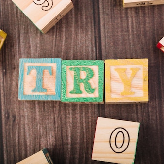 Cubi di legno con titolo di prova