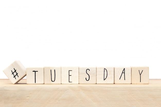 Cubi di legno con un hashtag e la parola martedì, concetto di social media