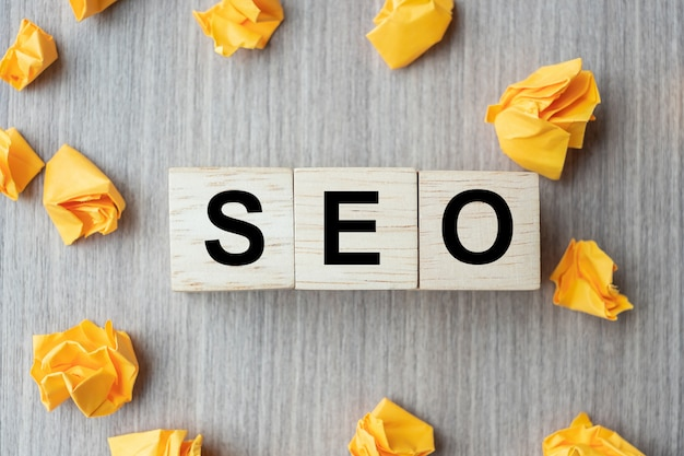 Cubi di legno del testo di seo (search engine optimization) con carta sbriciolata