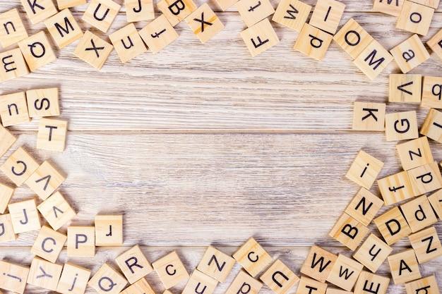 Cubi di legno della lettera su oscurità. cubo di legno