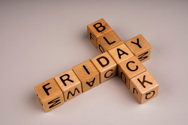 Cubi di venerdì nero su sfondo chiaro