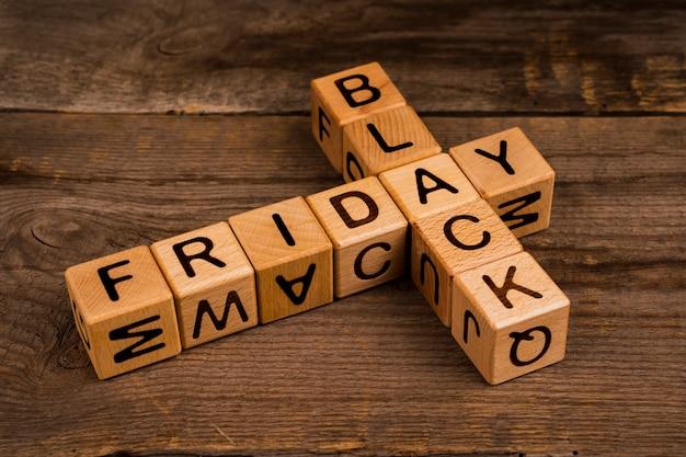 Cubi neri di venerdì su fondo di legno