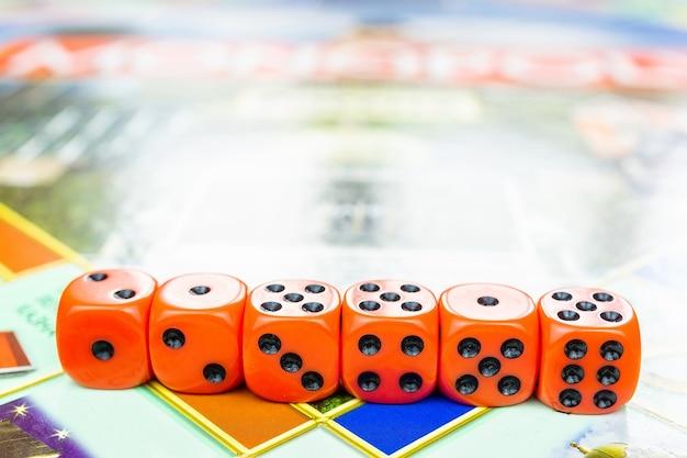 Cubi sul gioco da tavolo
