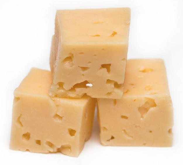 Cubo di formaggio isolato su uno sfondo bianco