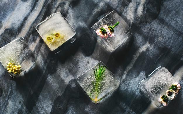 Cubo di ghiaccio con fiore all'interno