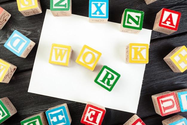 Cubo di lavoro con lettere, segno con cubi di legno
