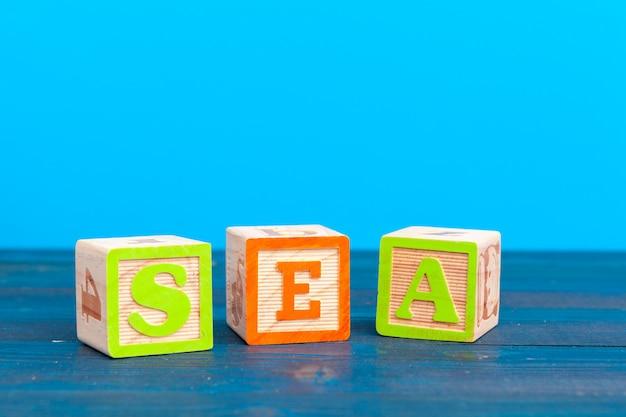 Cubo di legno con la scritta
