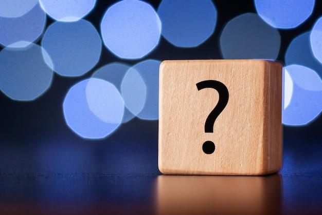 Cubo di legno con punto interrogativo