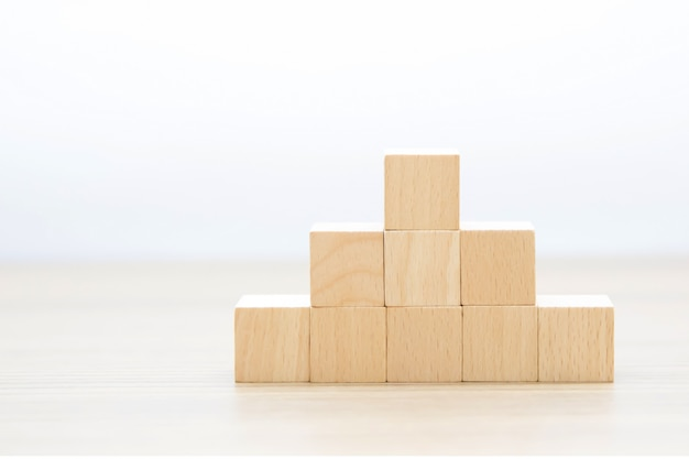 Cubo di legno impilato senza grafica.