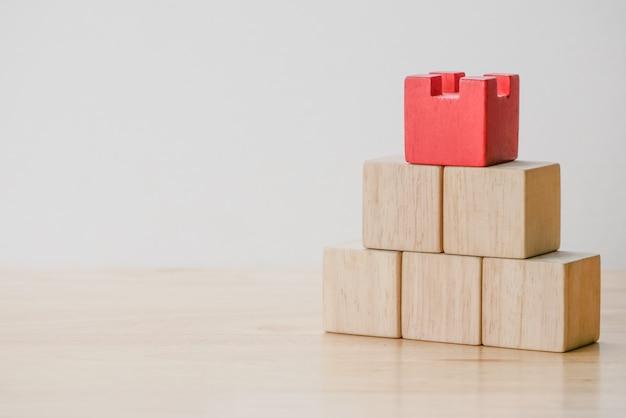 Cubo di legno reale geometrico astratto con disposizione surreale su fondo bianco