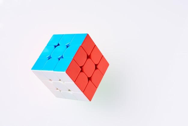Cubo di rubics su una priorità bassa bianca, vista superiore