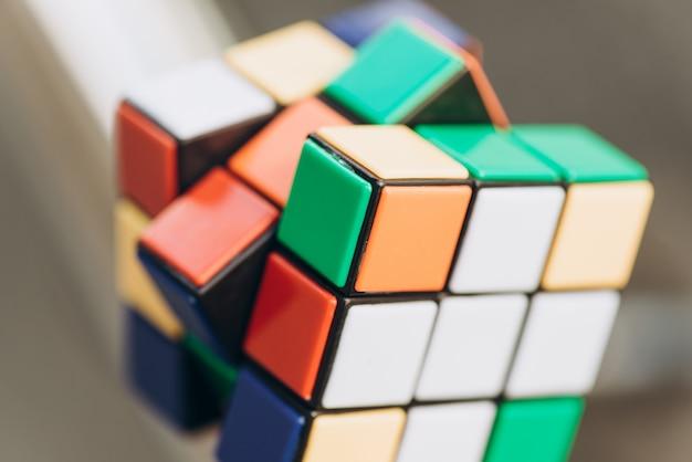 Cubo di rubik su sfondo sfocato