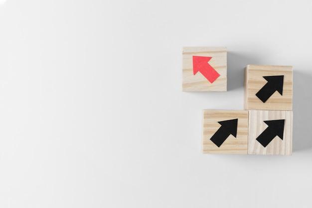 Cubo diverso con freccia rossa e copia spazio