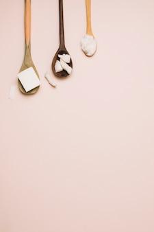 Cucchiai con prodotti di cocco e copia-spazio