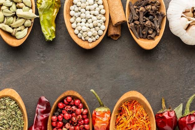 Cucchiai di legno con varietà di spezie allineati