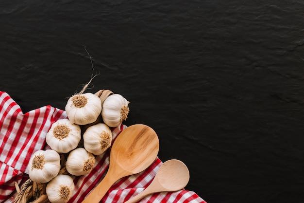Cucchiai e aglio sul tovagliolo