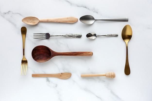 Cucchiai e forchette su bianco