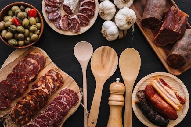 Cucchiai e spezie vicino cibo gustoso