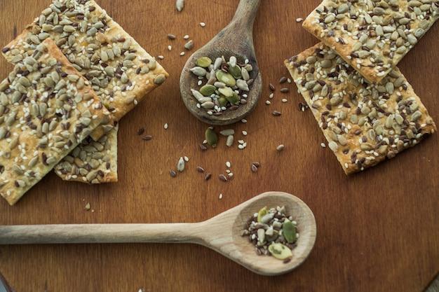 Cucchiai vicino a barre di grano