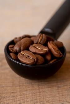 Cucchiaio close-up con chicchi di caffè tostato