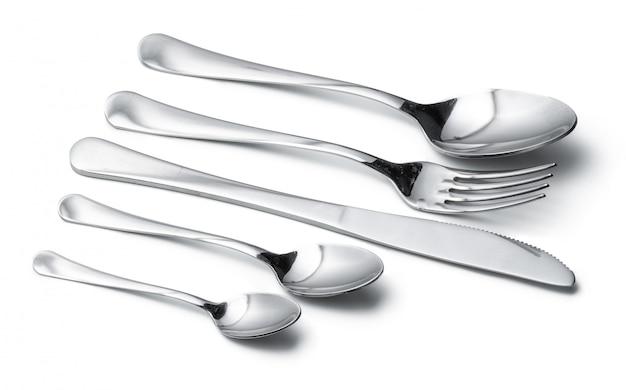 Cucchiaio, coltello e forchetta isolati su fondo bianco