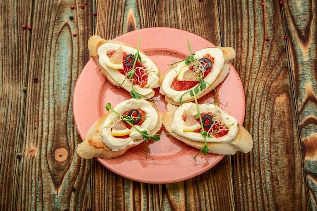 Cucchiaio con caviale rosso salmone, su un legno