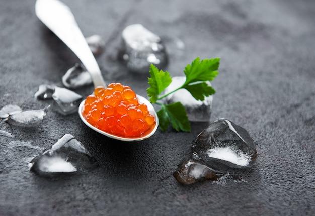 Cucchiaio con deliziosi caviali rossi