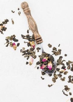 Cucchiaio con erbe per il tè