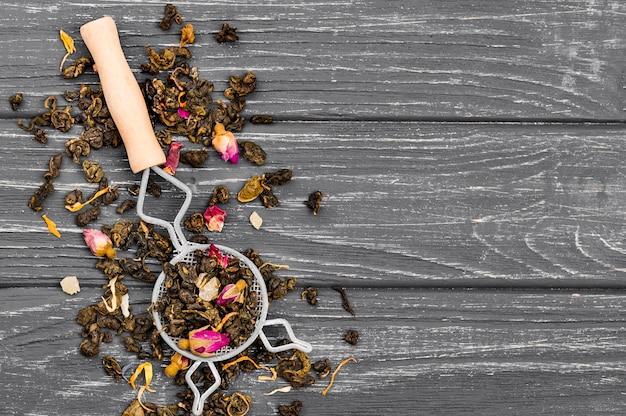 Cucchiaio con erbe per tè e copia-spazio