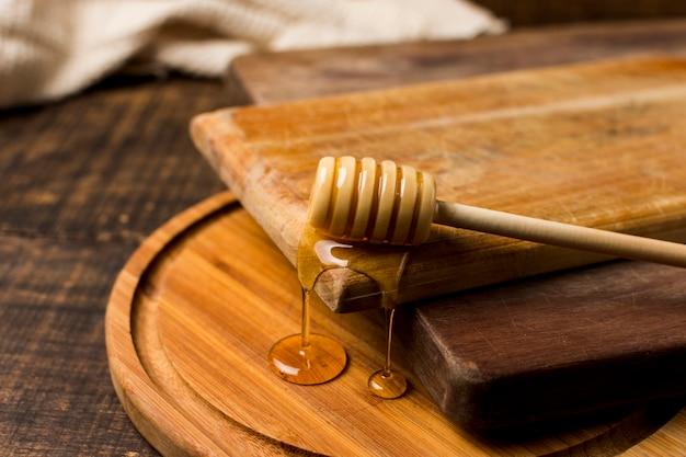 Cucchiaio con macchia di miele