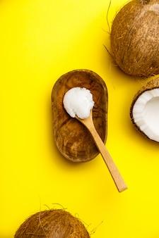 Cucchiaio con vista dall'alto di olio di cocco