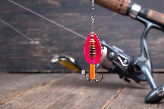 Cucchiaio da pesca con esca su mulinello da pesca