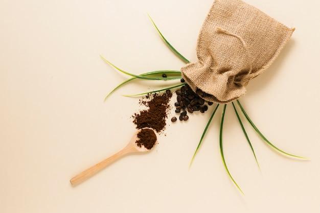 Cucchiaio di legno con caffè macinato e sacchetto