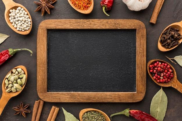 Cucchiaio di legno con cornice di spezie