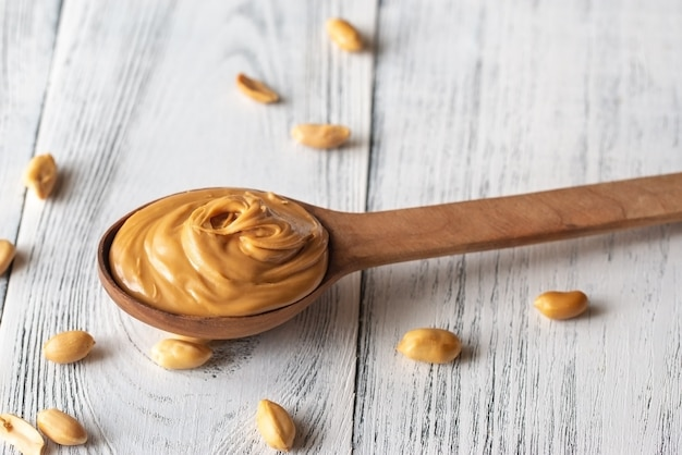 Cucchiaio di legno di burro di arachidi