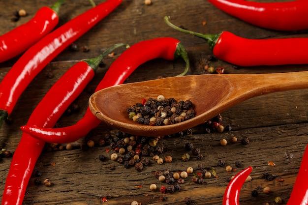 Cucchiaio di legno e semi secchi del pepe