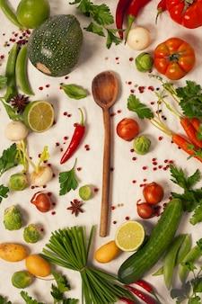 Cucchiaio di legno e verdure biologiche