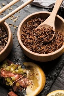Cucchiaio di legno pieno di larve vista dall'alto
