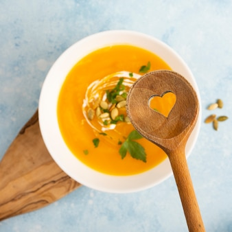 Cucchiaio di legno sopra deliziosa zuppa