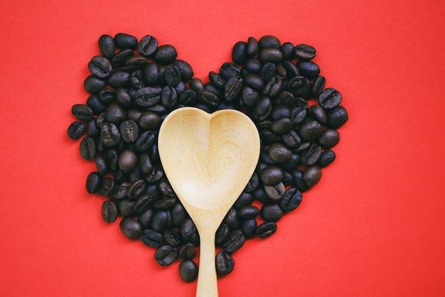 Cucchiaio di legno su chicchi di caffè cuore
