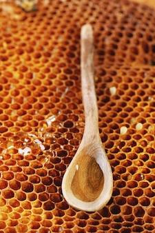 Cucchiaio di legno su nido d'ape