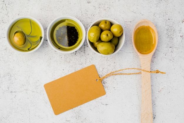 Cucchiaio di legno vista dall'alto con gustose olive