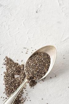 Cucchiaio di metallo close-up con pepe