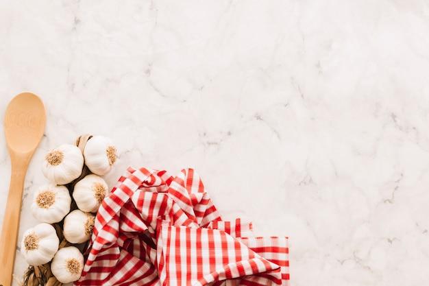 Cucchiaio e aglio vicino tovagliolo