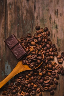 Cucchiaio e cioccolato sui chicchi di caffè