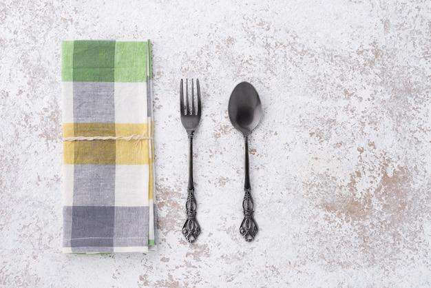 Cucchiaio e forchetta vintage con napery
