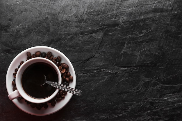 Cucchiaio in tazza di caffè