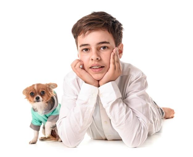 Cucciolo di chihuahua e adolescente